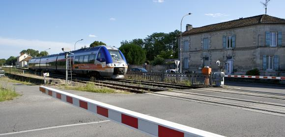 photo d'un train et passage à niveau fermé Grand Cognac ®JPBouron